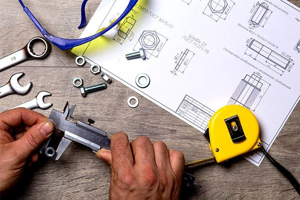 Konstruktionspapier mit Werkzeugen auf dem Tisch